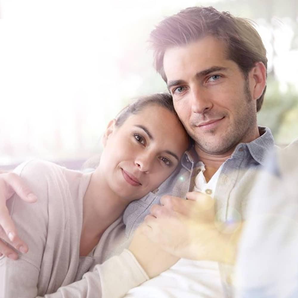 ζευγάρι κάθεται αγκαλιά χέρι χέρι iolife